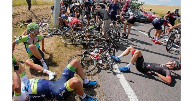 Detienen a mujer que ocasionó caída múltiple en el Tour de Francia