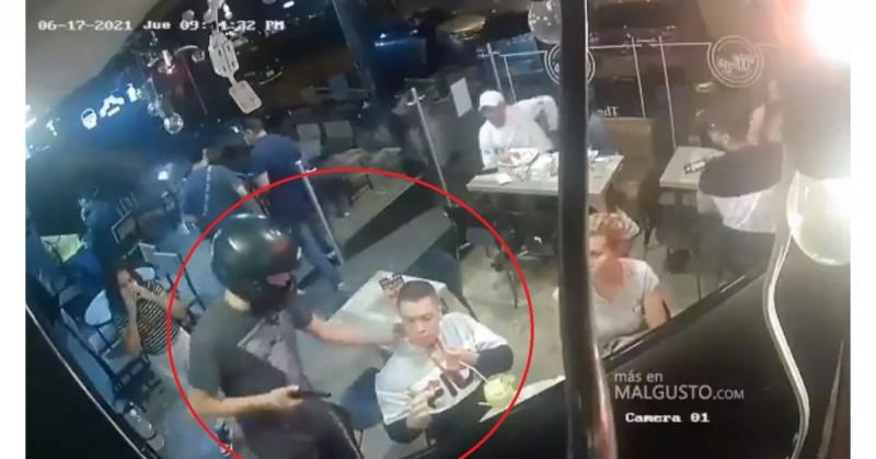 Es asaltado con pistola pero nunca deja de comer alitas (video viral)