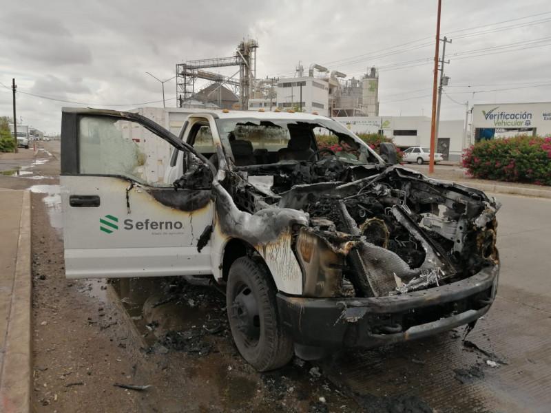 Se incendia vehículo en la entrada sur de ciudad obregón