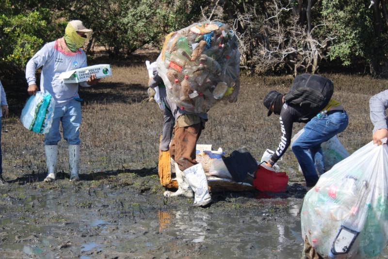 Recogen 400 kilos de plástico de la isla Tachichilte en la Bahía Santa María