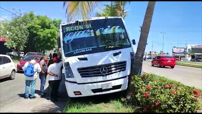 Pasajero golpea a chofer de camión y provoca choque en Mazatlán