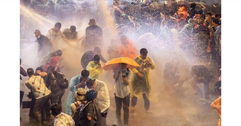 Policía tailandesa usa químicos irritantes contra estudiantes que se manifestaban