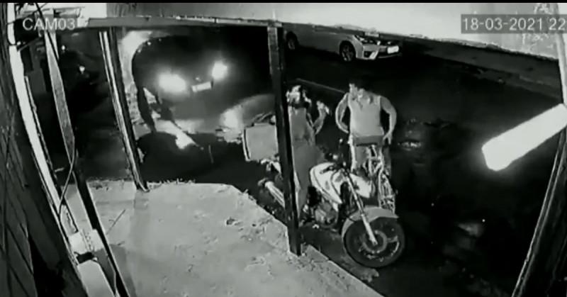 Automovilista frustra robo a repartidor atropellando al asaltante (video)