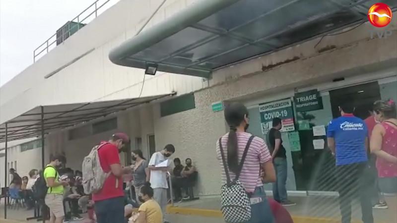 Se acumulan derechohabientes afuera del triage IMSS Mazatlán