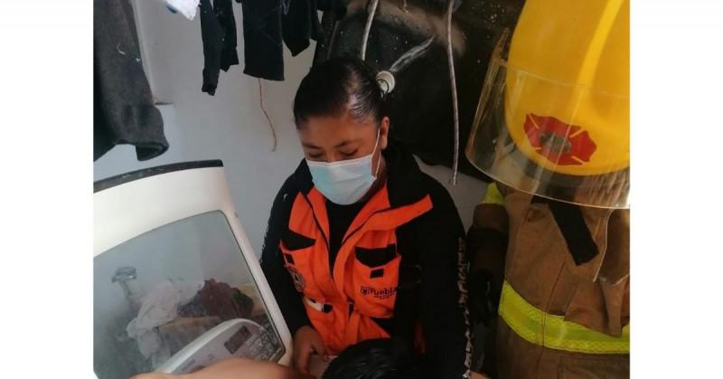 Protección Civil rescata a niño poblano atrapado en una lavadora