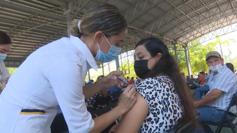 Inicio con largas filas la vacunación covid en la ciudad de Los Mochis