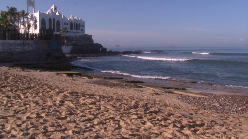 Varillas salen de la arena en playa certificada de Mazatlán