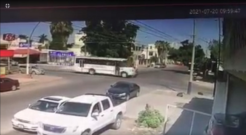 Motociclista se pasa el alto y se impacta contra camión urbano
