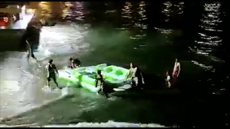 Rescatan a familia del mar, se habían metido en una lancha inflable