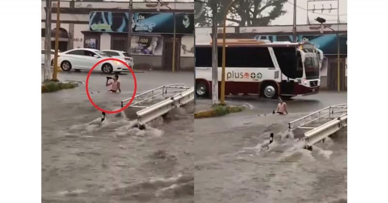 """Culiacanense se vuelve viral al tomarse una """"ballena"""" en medio de una calle inundada (video)"""