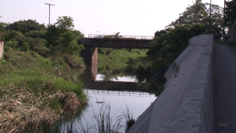 Cansados de las aguas negras en el Arroyo, vecinos de la Col. Ramón F. Iturbe