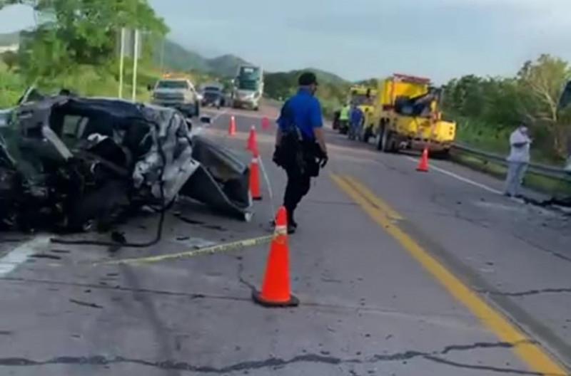Auto se impactó con camión de pasajeros, hay dos muertos