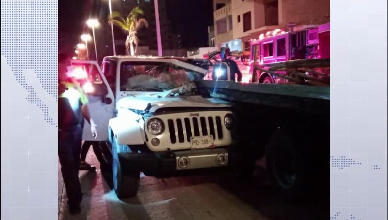 Jeep se impacta contra grúa en el malecón