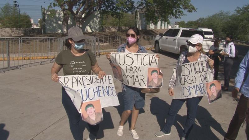 Familiares de Omar Ulises llegan hasta el Sauz para ser escuchados por AMLO en su visita a Culiacán
