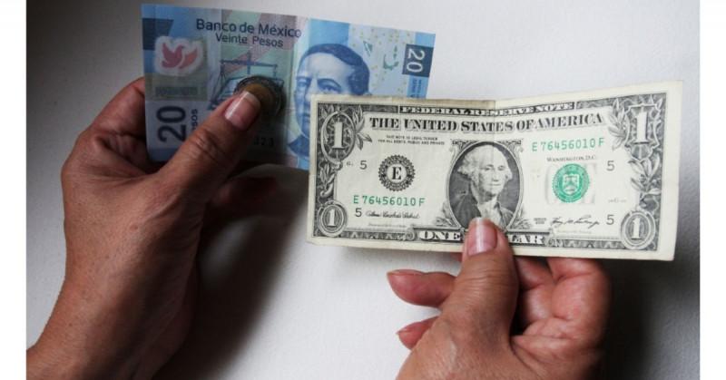 Peso mexicano cierra semana a la alza y baja de las 20 unidades por dólar