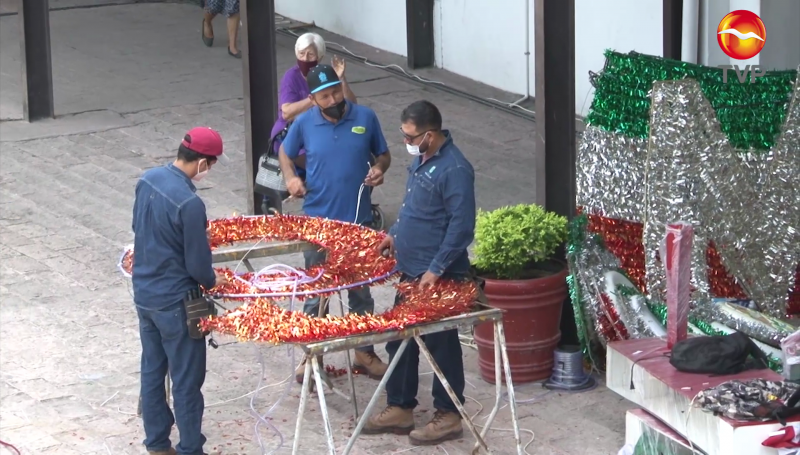 Adornos patrios llegan al Ayuntamiento de Mazatlán