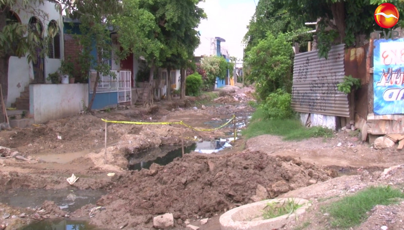 Entre olores nauseabundos, vecinos de una calle de la Col. Fco. I Madero