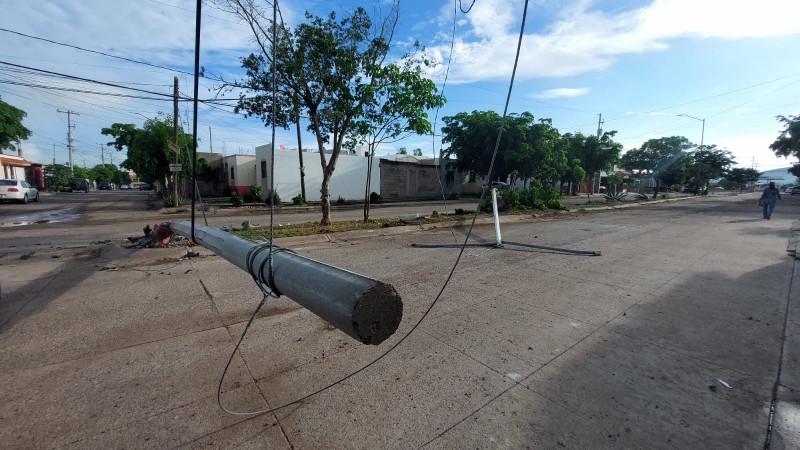 Accidente deja jóvenes lesionados y postes derrumbados