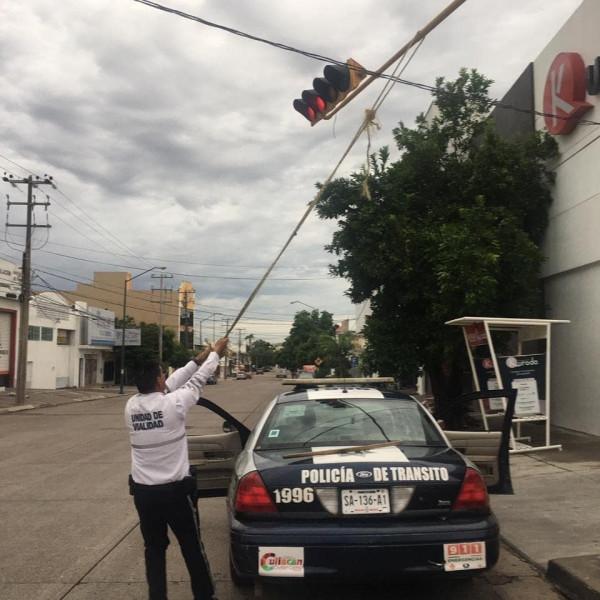 Brindan apoyo en semáforos descompuestos: Policías de Vialidad