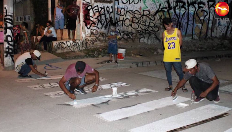 """Detienen a """"grafitero"""" y lo obligan a reparar el daño"""