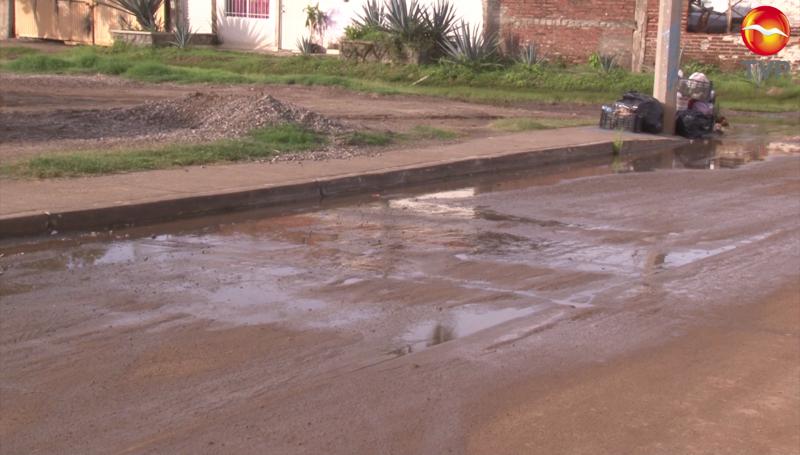 Fuga de agua potable en Urías tiene más de un año