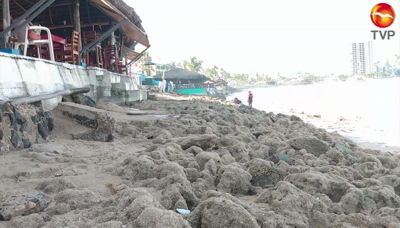 Fuerte oleaje se lleva la arena en Mazatlán