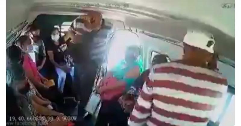 Graban a vendedores de dulces intimidando a pasajeros para que les compren y no ser robados (video)