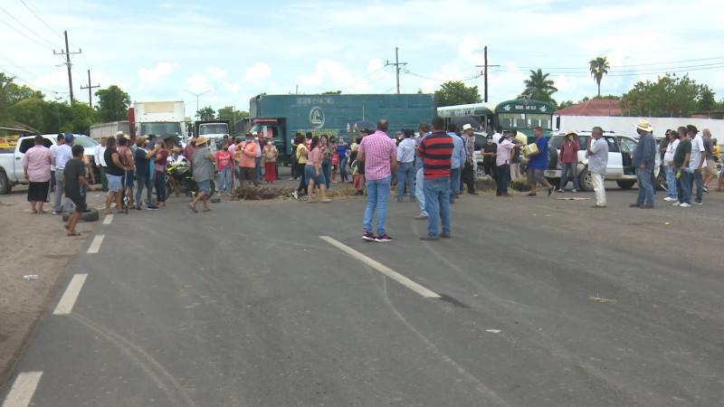 Hartos por la falta de agua vecinos de Mochicahui bloquean la carretera