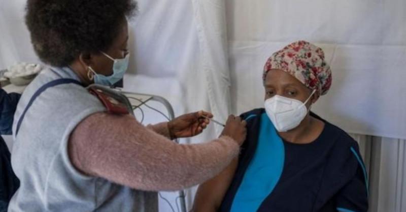 """Una """"burla"""" que la aplicación de terceras dosis de Covid-19 amenacen la vacunación en África: OMS"""