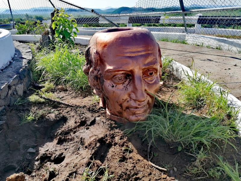 Intensas ráfagas de viento; responsables de la caída de estatua de Miguel Hidalgo en presa de El Fuerte