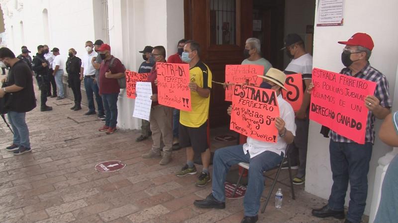 Policías municipales jubilados se plantan al ingreso del edificio del Ayuntamiento de Culiacán
