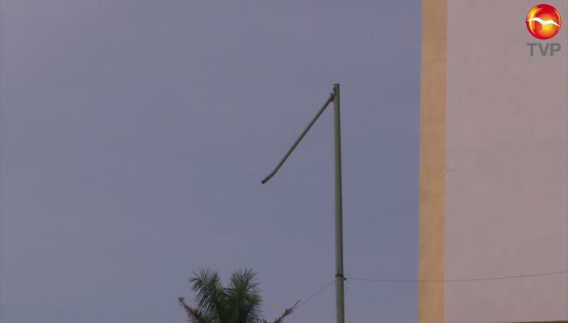 Brazo de poste de alumbrado público a punto de caerse