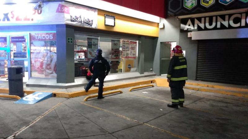 Corto circuito en tienda de conveniencia moviliza a cuerpos de rescate