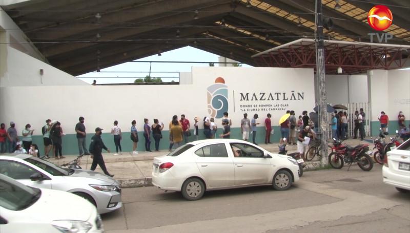 Largas filas en vacunación a personas de 18 a 29 años en Mazatlán