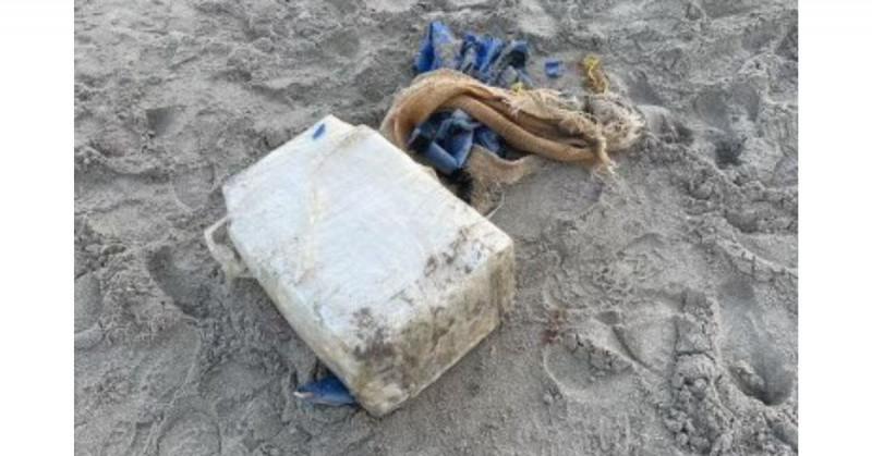 Bañista encuentra en la playa un paquete de cocaína valorado en 1 millón de dólares