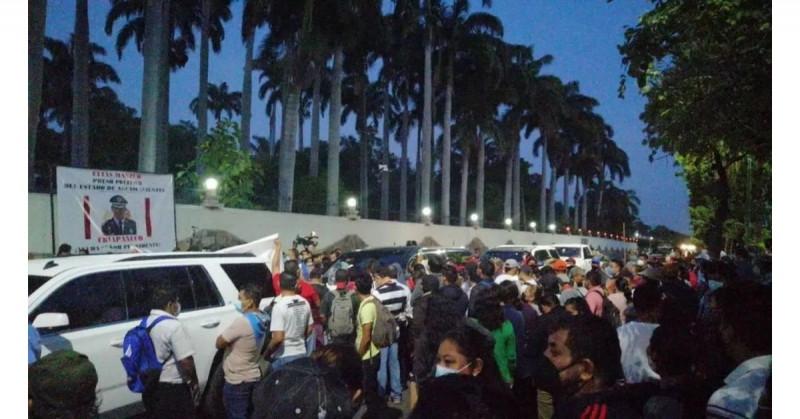 Maestros de Chiapas bloquean entrada de López Obrador a su conferencia diaria