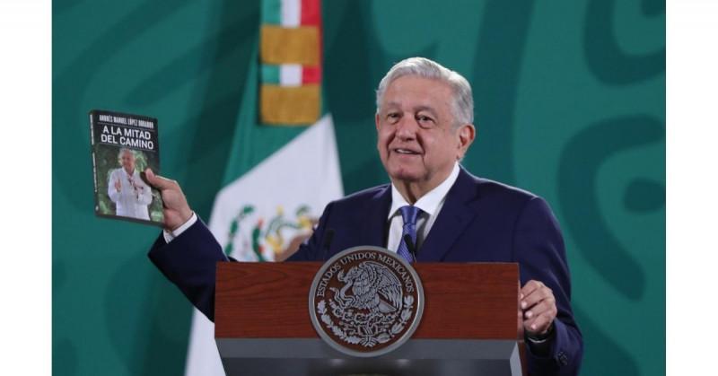 """López Obrador publica libro """"A la mitad del camino"""" y lo recomienda a sus """"adversarios"""""""