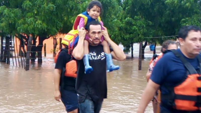 Brinda apoyo a damnificados Bomberos de Culiacán