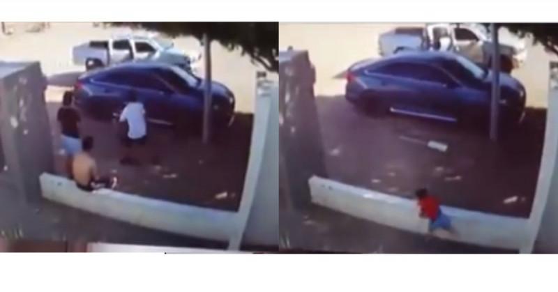 Niño huye por instinto a sicarios que se bajaron de camioneta en Sonora (video)