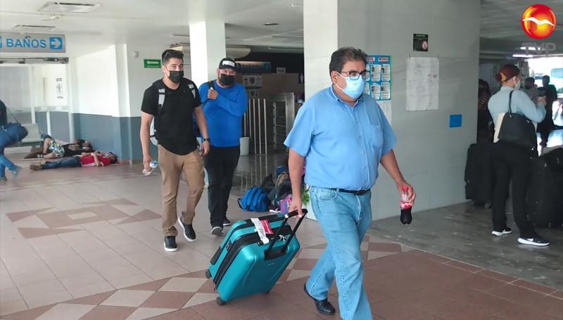 Cientos de pasajeros quedan varados en central de Mazatlán