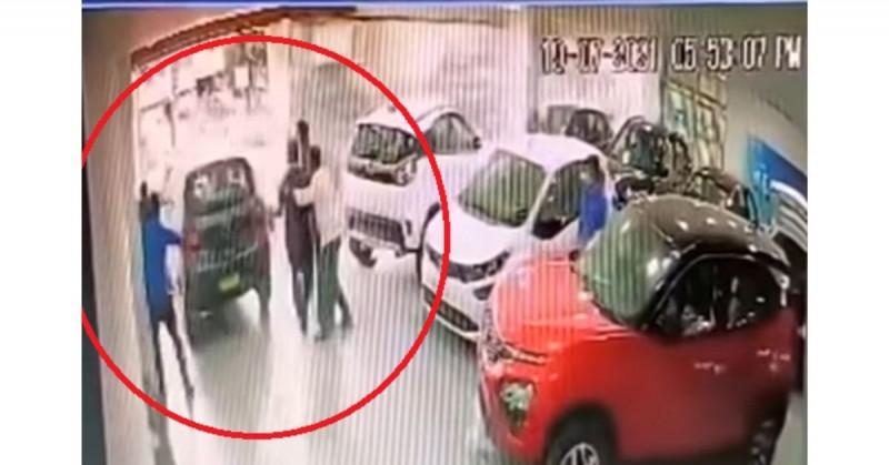 Hombre acelera por error y tira su auto nuevo por el segundo piso de la agencia (video viral)