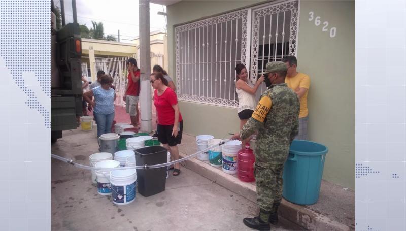 Ejército lleva agua a colonias afectadas de Mazatlán