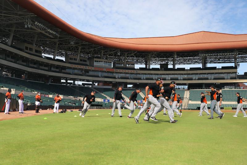 El lanzador Wilmer Rios y el coach Carlos Gastelum reportan a Naranjeros