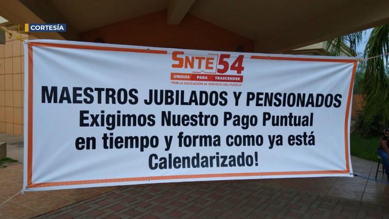 Se manifiestan maestros jubilados del SNTE
