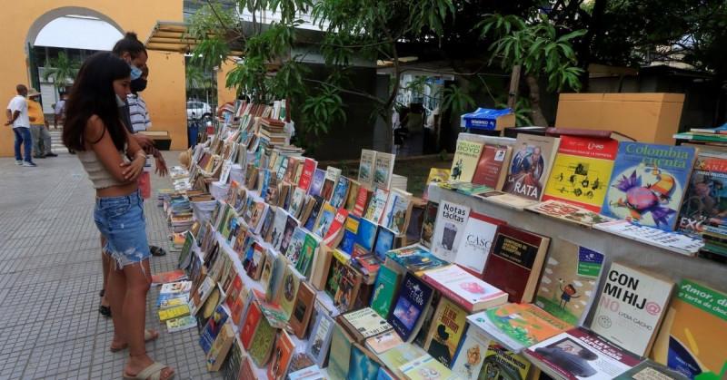 Libros a cambio de comida, la apuesta desesperada de algunos libreros