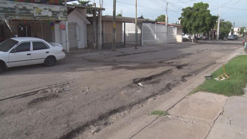 En mal estado las calles del sector Paseo de los Arcos