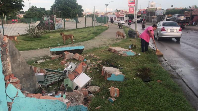 Jóvenes chocan contra centro de carga del Parque Lineal