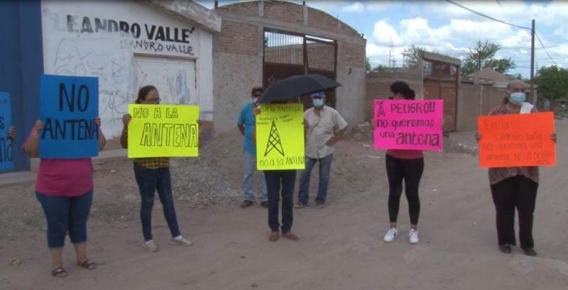 Se manifiestan vecinos en contra de colocación de antena de telecomunicaciones en su colonia