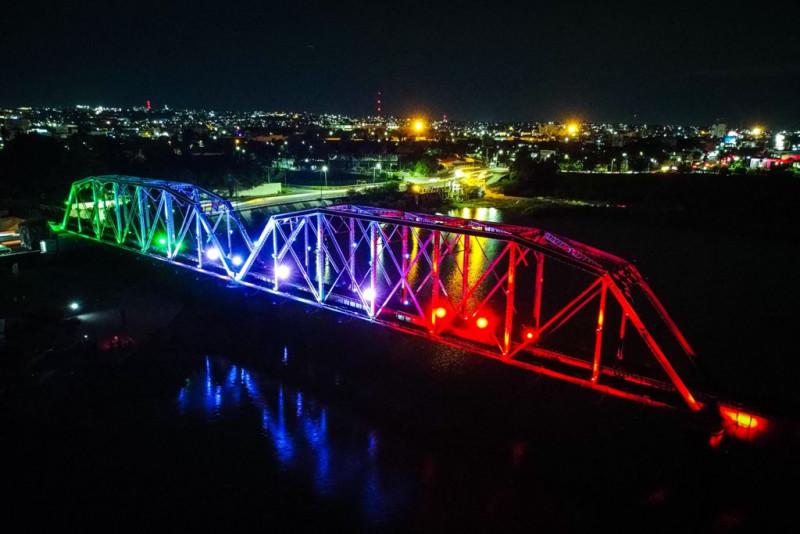 De tricolor se ilumina el Puente Negro en Culiacán