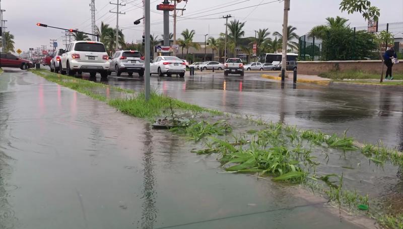 Cientos de litros de agua potable se desperdician en la Avenida Rafael Buelna